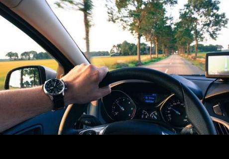 Joven obtiene su licencia de conducir y se la suspenden 49 minutos