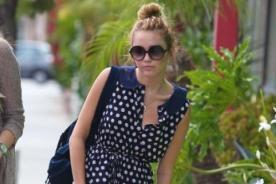 Relajada Miley Cyrus lució vestido de polka dots