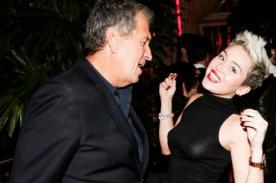 Miley Cyrus se divirtió en exposición de Mario Testino - Fotos