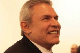 Luis Castañeda fue recibido con aplausos y elogios en su centro de votación