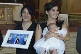Hija de lesbianas es la primera en ser bautizada por la Iglesia Católica - VIDEO