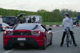 ¿Hombre con bicicleta humilla en velocidad a un Ferrari? [VIDEO]