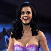 Katy Perry adorna su figura con envolturas de chocolate en el cover de Rolling Stone