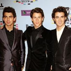 Jonas Brothers también le rindieron homenaje a John Lennon