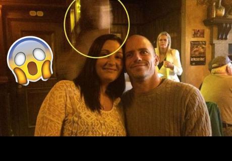 Fantasma del capitán del Titanic aparece detrás de una pareja en un pub de Irlanda