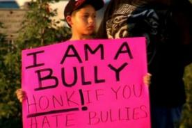 Padre obliga a hijo a disculparse por bullying en contra de sus compañeros de colegio