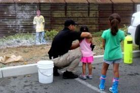 EE.UU.: Guardias de fronteras enseñan a niños a disparar indigentes - FOTOS
