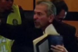 Interrumpen y rompen libro de Mario Vargas Llosa en su cara - Video