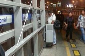 ¡El colmo! Usuario de Metropolitano captado orinando en plena estación - Foto