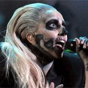 Lady Gaga cantó Marry The Night luciendo como zombie en las nominaciones al Grammy