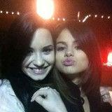 Demi Lovato anima a sus fans conseguir el nuevo álbum de Selena Gomez