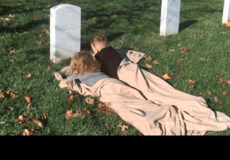 Conoce la historia de los niños que duermen frente a la tumba de su padre