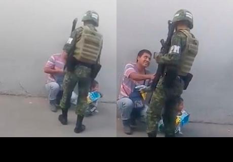 Soldado conmueve a redes sociales con noble gesto hacia un niño
