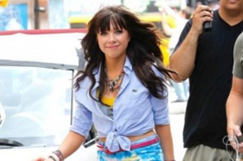 Carly Rae Jepsen luce sexy y colorida grabando el videoclip Good Time