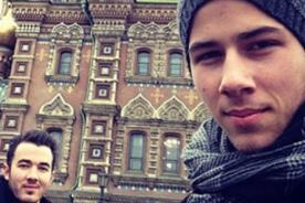 Los Jonas Brothers disfrutan de unas divertidas vacaciones en Rusia