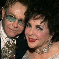 Elton John rinde homenaje a Elizabeth Taylor en concierto