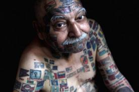 Hombre de 70 años con 220 banderas tatuadas en su cuerpo