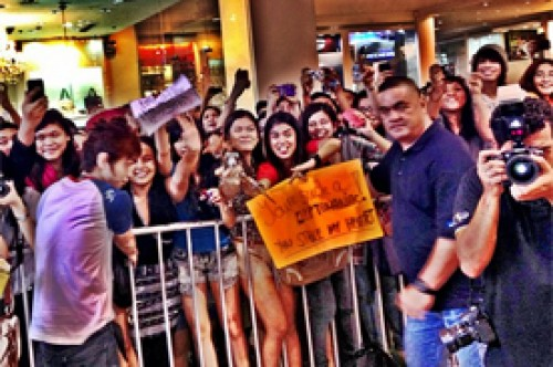 Joe Jonas causó alboroto entre fans al llegar a Filipinas