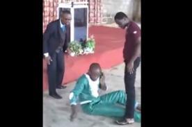 Hombre contesta su celular mientras es exorcizado por un pastor [Video]