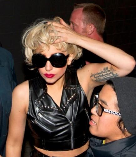 Video: Lady Gaga se golpeó la cabeza en pleno concierto