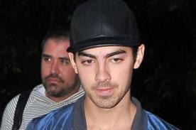 Joe Jonas calla a paparazzi por preguntarle sobre los Jonas Brothers