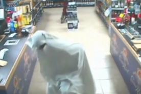 Insólito: Escurridizo 'fantasma' roba una licorería - Video