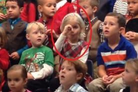 Niña le 'canta' a sus padres sordos mediante señas - Video