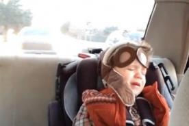 Niño llora tras escuchar música en el auto con sus padres - Video