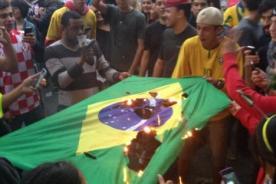 Brasil vs Alemania: Hinchas molestos queman bandera brasileña [Foto]