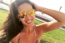 Silvia Cornejo manda saludos por Fiestas Patrias con infartante imagen en la playa - FOTO
