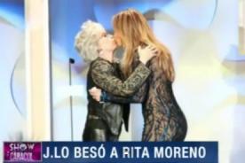 Jennifer López besó en la boca a Rita Moreno - VIDEO