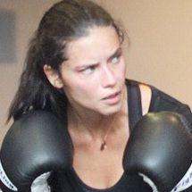 Adriana Lima cambió la sexy lencería por guantes de box