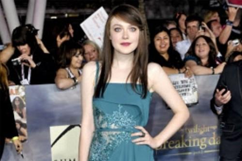 Amanecer Parte 2: Dakota Fanning impacta con cabello oscuro en la premiere