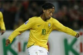 Video: Ronaldinho falla penal en su regreso con Brasil - Video