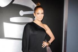 Jennifer Lopez emula a Angelina Jolie y luce su pierna en los Grammy 2013