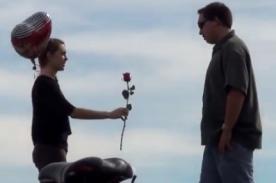 Mujer invita a los hombres a ser su pareja para San Valentín - Video