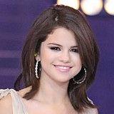 Selena Gomez deslumbra en inauguración de tienda de Microsoft