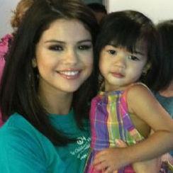 Selena Gomez ayudó a la fundación de Ryan Seacrest visitando un hospital de niños
