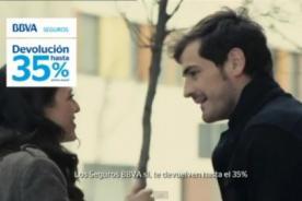 Video: Iker Casillas y Andrés Iniesta salen a pedir autógrafos