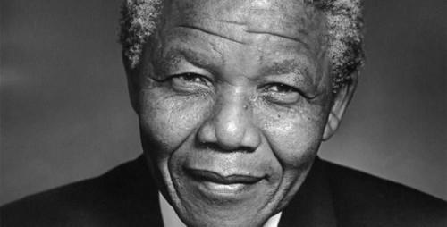 Nelson Mandela no puede hablar por enfermedad y se comunica con señas