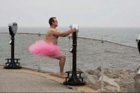 Hombre se toma fotos en tutú de ballet para alegrar a esposa con cáncer - VIDEO