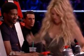 Usher y Adam Levine miran sin vergüenza la parte trasera de Shakira - Video