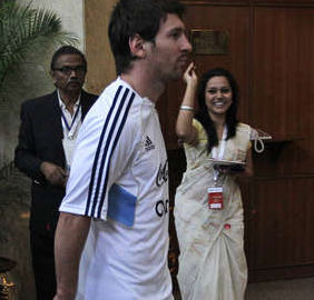 Lionel Messi fue recibido a puro pétalo en Bangladesh