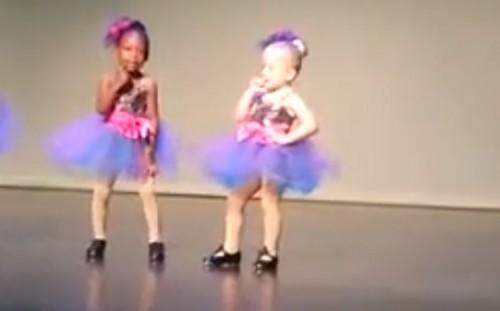 Pequeña y carismática niña se roba el show y lo aplausos del público  - VIDEO