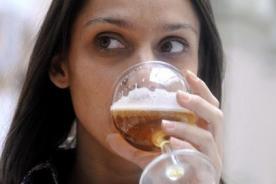 Tomar bebidas alcohólicas causa daños en la piel
