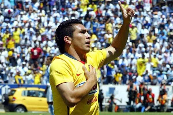 Salvador Cabañas logra levantarse y sentarse por sí mismo