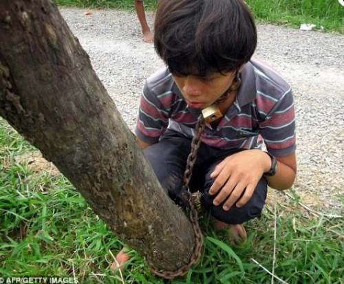 Adolescente es encadenado a poste de luz por jugar en internet
