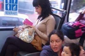 Foto de joven ocupando asiento reservado en bus causa indignación en Facebook