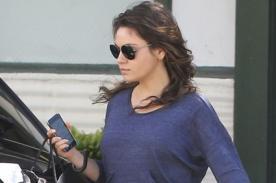 Mila Kunis dejó ver su tierna pancita al salir de compras en Los Ángeles