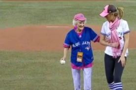 Anciana de 101 años lanza por primera vez una pelota de béisbol - Video
